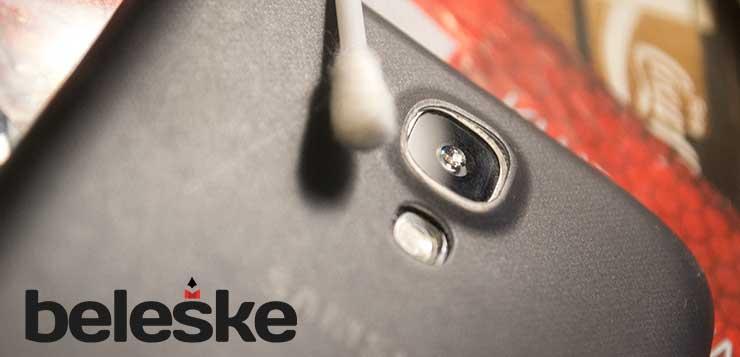 telefon_stapic_usi_makro_mikroskop_fotografija