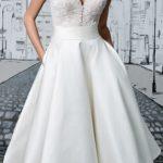 Bela haljina dužine do ispod kolena sa dekolteom i kratkim rukavima