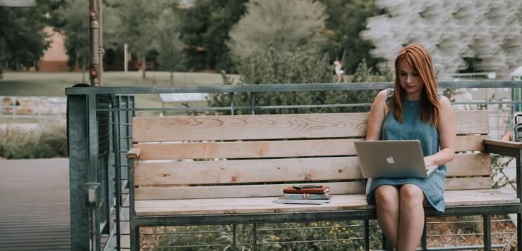 devojka na klupi sa laptopom