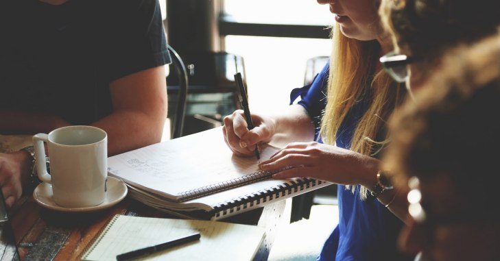 Mlada devojka piše u svesku
