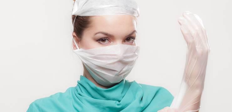 doktorka se sprema za operaciju