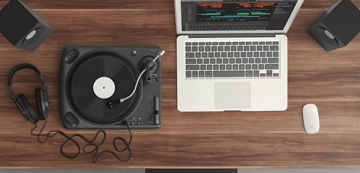 laptop i gramofon na stolu
