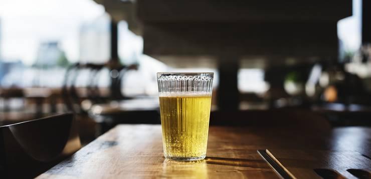 Čaša piva na šanku