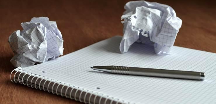 sveska i zgužvani papiri