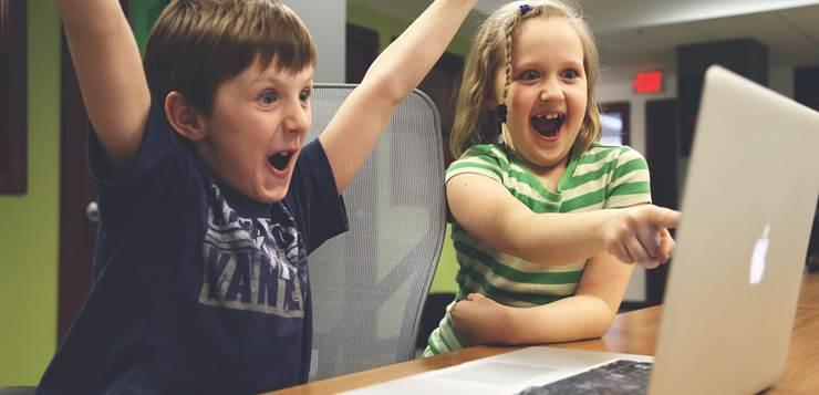 deca koriste laptop
