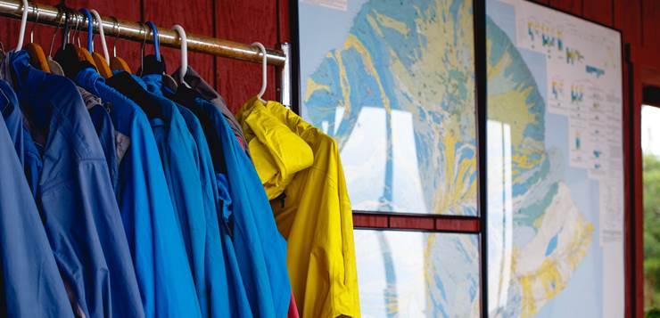 odeća na vešalici