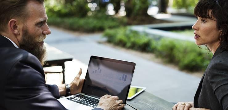 žena i muškarac sa laptopom