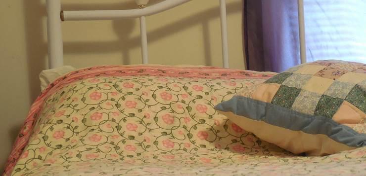 krevet sa cvetnom posteljinom