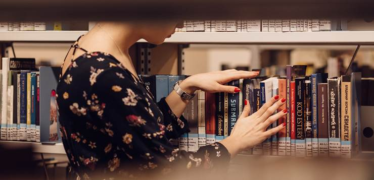 devojka u biblioteci