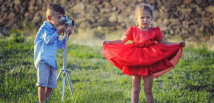 dečak slika devojičicu