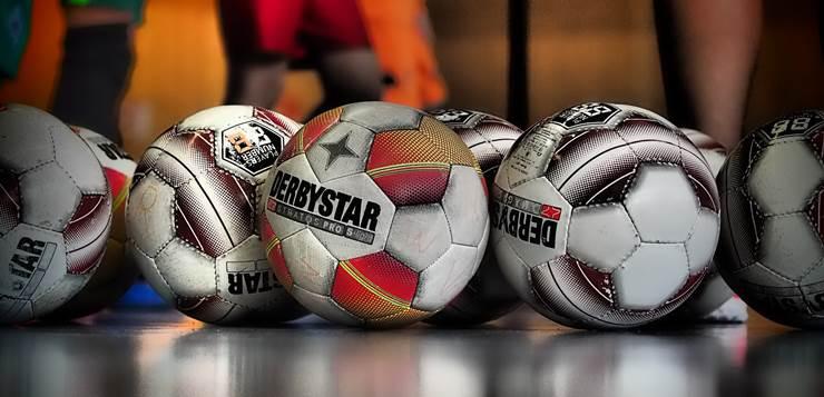 fudbalske lopte na podu