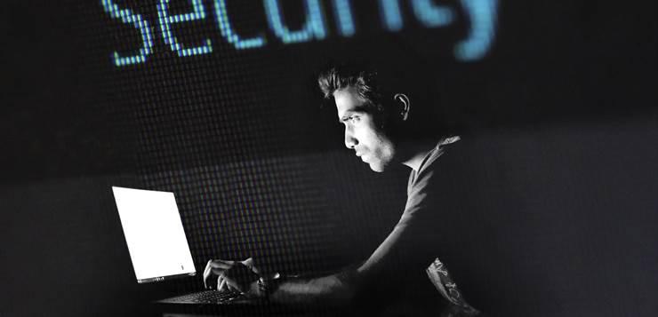 dečko radi na kompjuteru