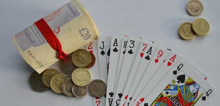karte i novac na stolu
