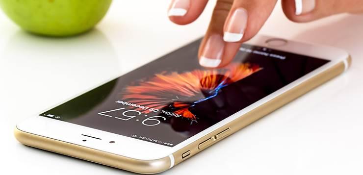 iphone na stolu