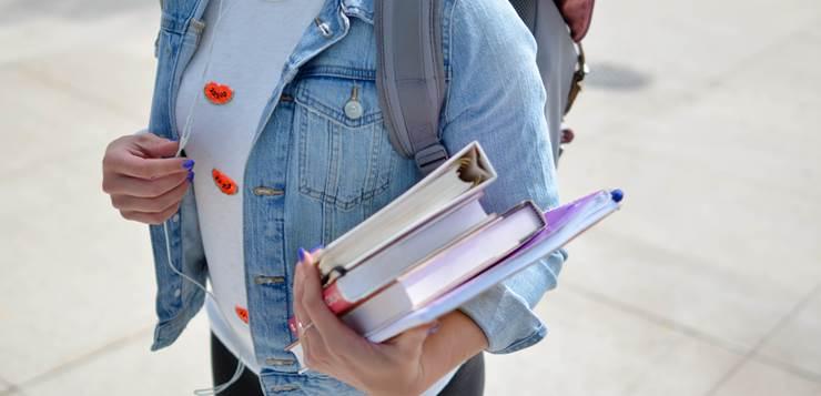 devojka sa knjigama u ruci