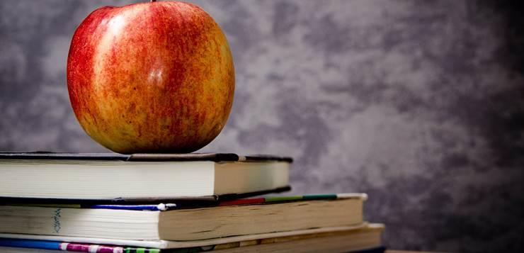 jabuka na knjigama