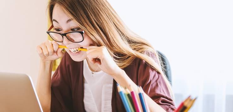 devojka grize olovku dok uči