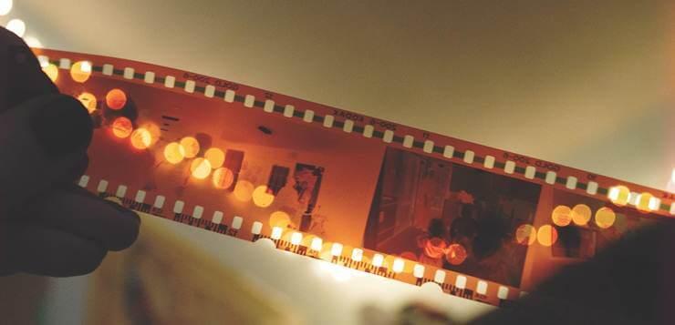 Filmska traka u rukama