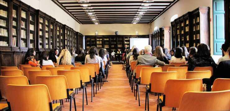 Studenti sede u sali za konferencije