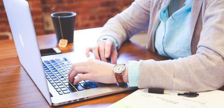 Žena radni za laptop računarom