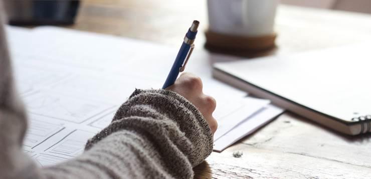 devojka piše