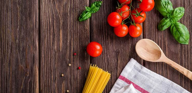 špagete i paradajz na stolu