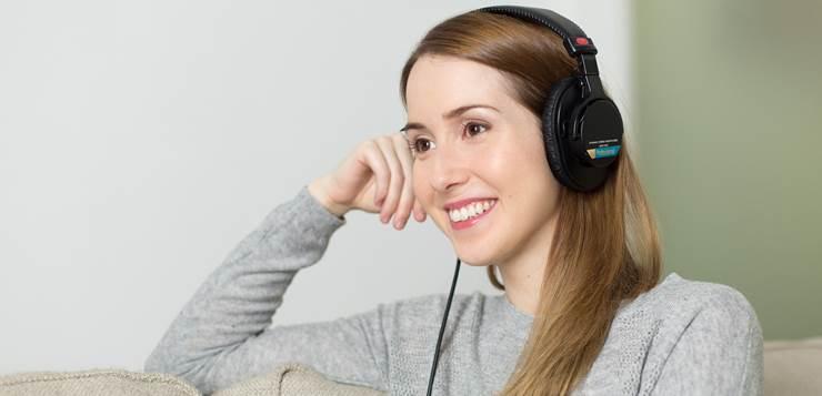 devojka sluša muziku