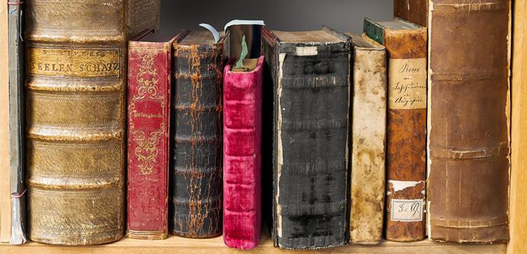 stare knjige na polici
