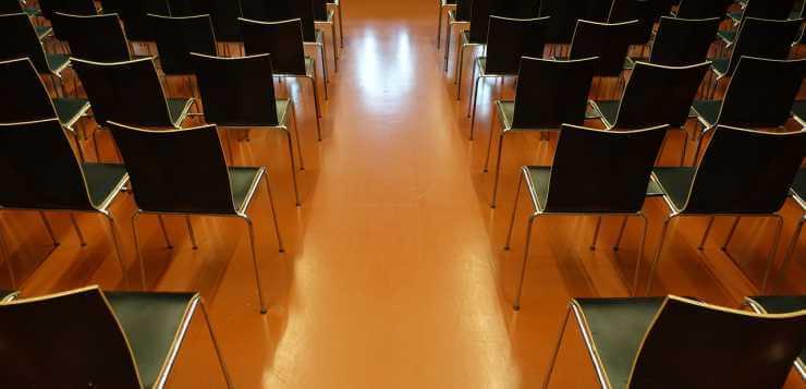 Stolice u sali za seminar