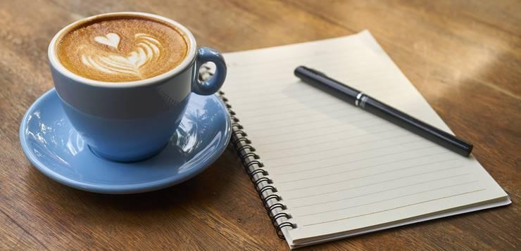 šolja kafe i sveska