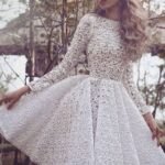 Bela haljina sa dugim rukavima dužine do kolena