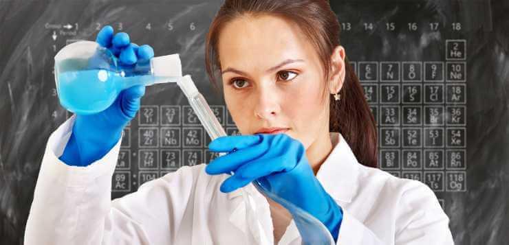 Žena u laboratoriji pravi eksperiment