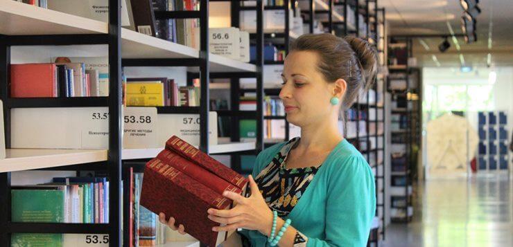 Bibliotekarka u fakultetskoj biblioteci