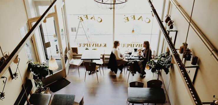 devojke u kafiću