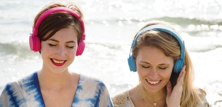 Dve devojke koje slušaju muziku