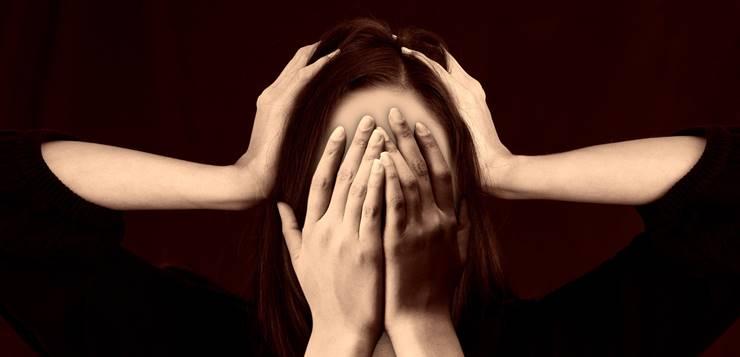 Žena se drži za lice