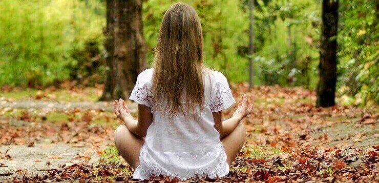 Devojka koja meditira u prirodi