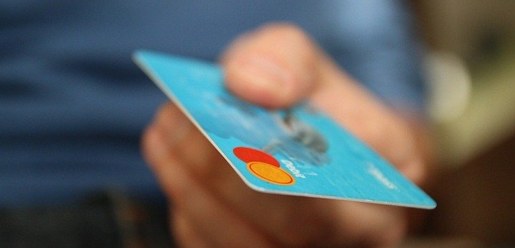 kreditna kartica u ruci