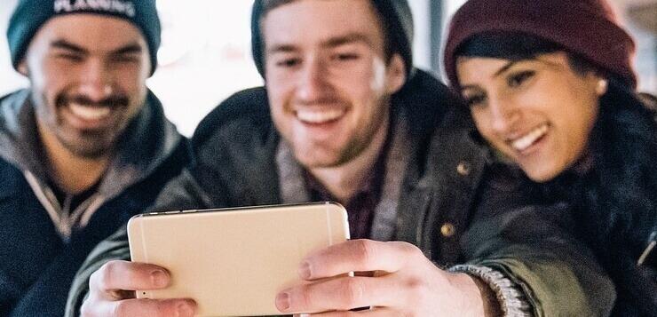 grupa ljudi slika selfi