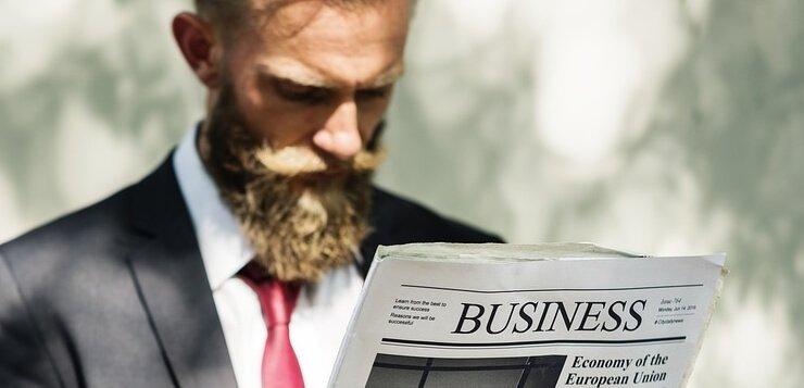 poslovni čovek koji čita novine