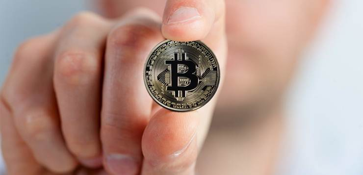 bitcoin novčić u ruci