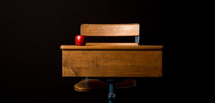 jabuka na školskom stolu