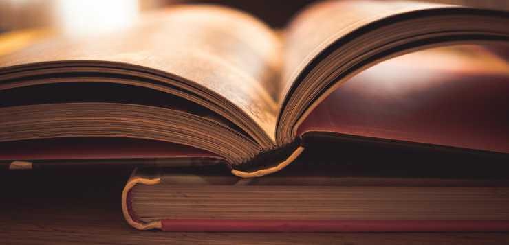 Otvorena knjiga na stolu