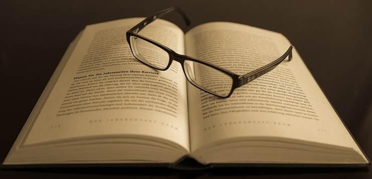 naočare na knjizi