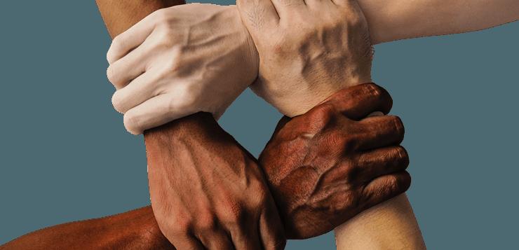 ljudi više rasa se drže za ruke