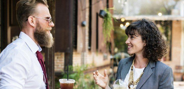 Muškarac i žena pričaju