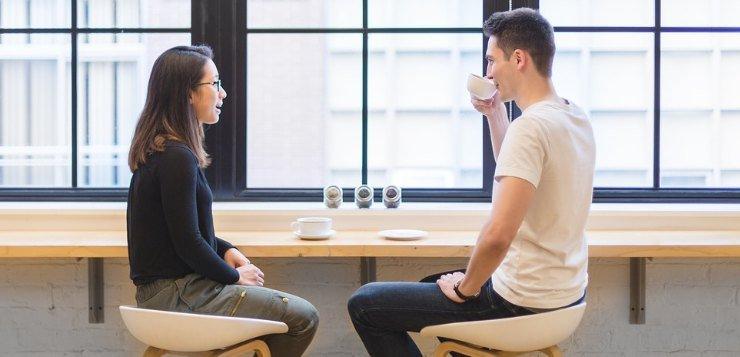Mladić i devojka na sastanku