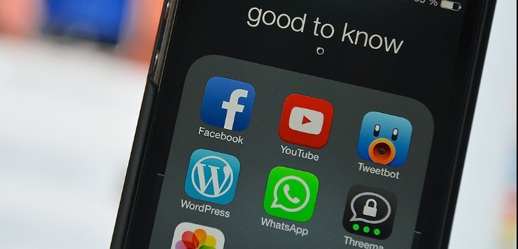 Telefon na čijem su ekranu društvene mreže
