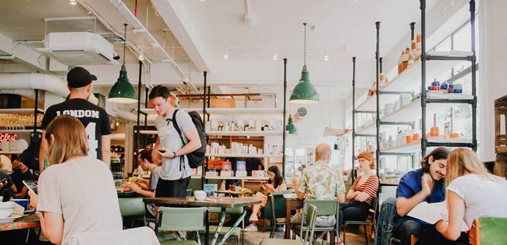 Ljudi u restoranu
