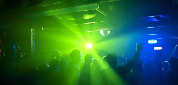 Studenti na zurci u klubu